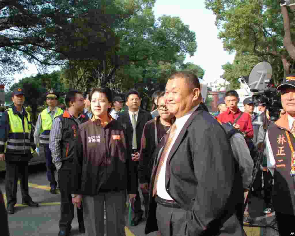 亲民党推出的的立委候选人黄珊珊(女)和黎建南(前排男)等亲民党人
