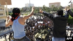 Libijski tenk čija posada je prešla na stranu opozicije, okružen demonstrantima na trgu u gradu Zavija, nedaleko od Tripolija