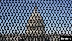 Điện Capitol, trụ sở Quốc hội Hoa Kỳ sau hàng rào an ninh được dựng lên sau khi tòa nhà lịch sử bị tấn công. Ảnh chụp ngày 14/1/2021, sau khi Tổng Thống Donald Trump bị Hạ viện đàn hặc luận tội lần thứ nhì. REUTERS/Joshua Roberts