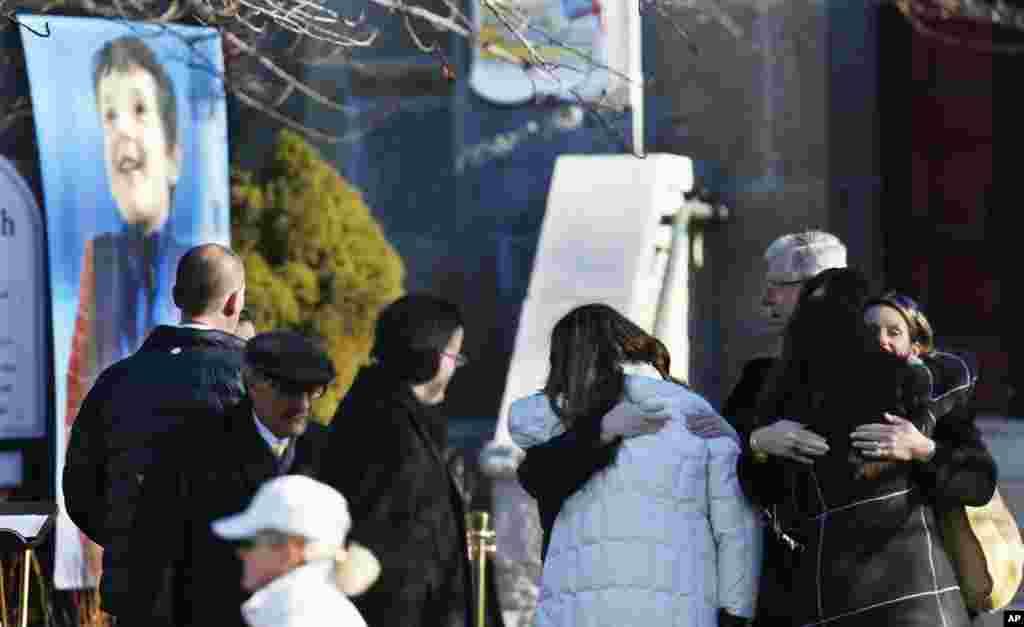 이번 총기난사 사건으로 사망한 샌디 훅 초등학교의 학생 벤자민 앤드류 휠러의 초상화가 20일 치뤄진 그의 장례식에 앞서 뉴타운의 교회에 걸려있다.