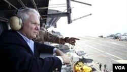 Menteri Pertahanan AS Robert Gates menyaksikan sebuah operasi penerbangan pasukan koalisi, 'Vulture's Row,' di Afghanistan.