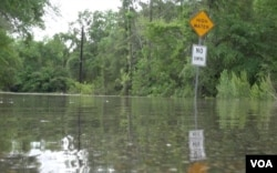 Heavy rains poured down on the Texas Gulf Coast and throughout eastern Texas overnight, leaving homes flooded, people stranded and roads closed, April 18, 2016. (G. Flakus/VOA)