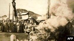 Tấm hình tự thiêu của Hòa thượng Thích Quảng Đức được tiến sĩ Nguyễn Tri Ân scan lại (tấm ảnh hiện được lưu giữ tại chùa Quan Thế Âm, quận Phú Nhuận, Thành phố Hồ Chí Minh, nơi di tích cuối cùng của Hòa thượng Thích Quảng Đức)