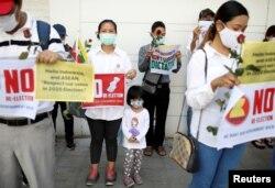 Warga Myanmar pendukung Aung San Suu Kyi melakukan aksi protes di luar KBRI di Bangkok, Thailand, Selasa (23/2).