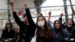 来自亚裔社区的示威者3月28日在巴黎第19区警察局前示威,抗议一名中国男子在家中与警察发生冲突时被警察开枪打死。