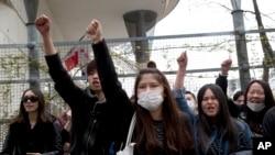 Cộng đồng người châu Á ở Paris biểu tình bên ngoài trụ sở cảnh sát của quận 19 hôm 28/3 sau khi một người Trung Quốc bị cảnh sát bắn chết tại nhà.