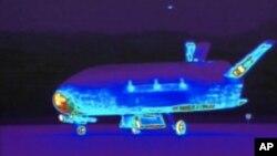 Hình ảnh hồng ngoại của máy bay vũ trụ không người lái X-37B khi đáp xuống căn cứ không quân Vandenberg, California, 16/6/2012.