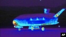 Imagen infrarrojo tomada de un video proporcionado por la Base Aérea de Vandenberg que muestra el X-37B, una nave espacial secreta.