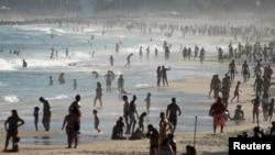 Baigneurs sur la plage d'Ipanema pendant la pandémie de COVID-19, à Rio de Janeiro, Brésil, 21 juin 2020. (REUTERS/Ricardo Moraes)