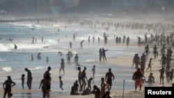 巴西里约热内卢大批民众新冠病毒大流行期间在海滩休闲(路透社2020年6月21日)