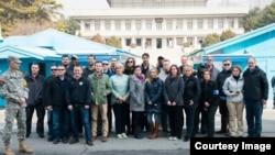 지난 8일 방한한 미국 프로미식축구리그의 인기 선수 앤드류 럭(맨 뒷줄 왼쪽 세번째)이 다른 유명인들과 함께 한국 비무장지대 (DMZ)에서 기념사진 촬영을 했다. 사진 출처: 앤드류 럭 페이스북 페이지.