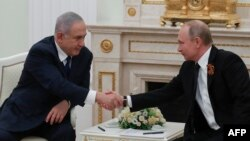 FILE - Russian President Vladimir Putin (R) meets with Israeli Prime Minister Benjamin Netanyahu at the Kremlin in Moscow on May 9, 2018. / AFP PHOTO / POOL / SERGEI ILNITSKY