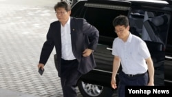 류길재 한국 통일부 장관이 5일 오전 휴가를 떠나기에 앞서, 현안 상황점검회의를 주재하기 위해 통일부 청사로 출근 하고 있다.
