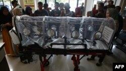 印尼衛生官員向記者顯示一個可以給感染新冠病毒肺炎者使用的防護性擔架。