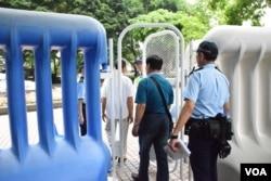行人進入接近會展禁區的地方要經過閘門及接受警員查問。(美國之音湯惠芸)