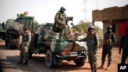 Pasukan Mali siaga di kota Konna, 680 kilometer di utara Bamako (26/1). Pasukan Mali dilaporkan merebut kembali kontrol atas kota Gao di Mali utara.