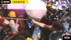 香港警察在龍和道施放胡椒噴霧 (蘋果日報照片)
