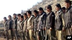 Kurdiston Ishchilar Partiyasining ayol jangarilari... Parti Karkerani Kurdistan - Kurdiston Ishchilar Partiyasi 1978-yilda ish boshlaganida marksist-leninist mafkuraga tayangan, keyinchalik esa asosan kurd millatchiligi va uning manfaatlari uchun kurashuvchi kuch sifatida oyoqqa turdi.