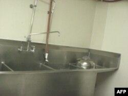 Bể nước có 3 ngăn dùng để rửa bì
