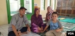 Habibulloh Bahoduri (kiri), pengungsi Afghanistan, tinggal bersama 30an pengungsi lain di seberang Rudenim, Jakarta Barat. Ia berharap diizinkan bekerja sehingga dapat menghidupi istri dan kedua anaknya. (Sasmito/VOA).