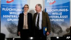 德国另类选择党(AfD)顶级候选人亚历山大·高兰(右)和爱丽丝·韦德尔(左)在柏林选举集会