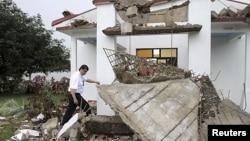 El ministro de Seguridad Pública de Costa Rica, Mario Zamora, camina por las ruinas de la iglesia de Bellavista, en las montañas de Nadayure, luego del terremoto que sacudió esa nación el miércoles 5 de septiembre de 2012.
