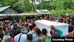 Prosesi pemakaman jenazah Adelina Sau, TKI asal provinsi NTT yang meninggal di Malaysia. (Foto: courtesy)