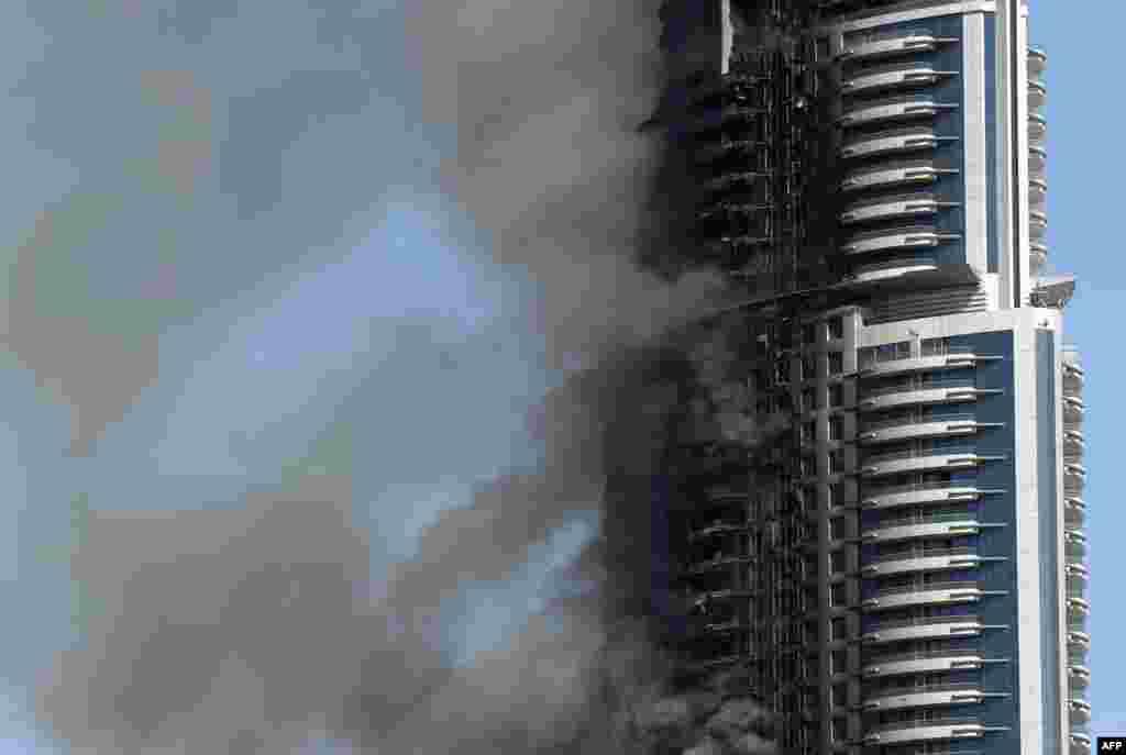 화재가 발생한 두바이의 63층 호텔 건물에서 검은 연기가 피어오르고 있다.