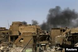ຄວັນໄຟ ພູ້ງຂຶ້ນຈາກການປະທະກັນ ທີ່ເມືອງເກົ່າ Mosul ວັນທີ 10, 2017.