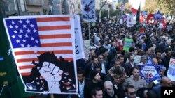 Portando carteles anti estadounidenses los iraníes asistieron a la marcha anual frente a la ex embajada de EE.UU. en Teherán, el jueves, 3 de noviembre, de 2016.