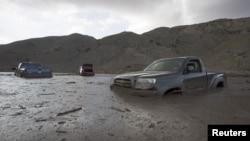 Autos y camiones siguen atrapados en el lodo de la autopista 58, cerca de Tehachapi, California.