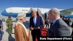 Menlu AS John Kerry berbincang dengan Dubes AS Oman Marc Sievers (kanan), dan Menlu Oman Yusuf bin Alawi di bandara Internasional Muscar di Oman seusai pertemuan bilateral kedua negara. (15/11).
