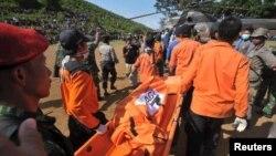 Tim pertolongan Sudan tiba di lokasi kecelakaan pesawat Antonov di kawasan pegunungan dekat kota Talodi, negara bagian Kordofan selatan (19/8).