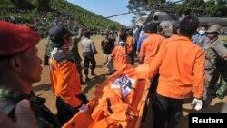 탑승 희생자의 시신을 옮기는 구조대원들(자료사진)