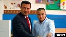 Makedoniyanın baş nazir Zoran Zaev referendumda iştirak edib.