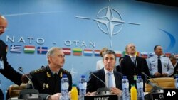 Vršilac dužnosti ukrajinskog ministra odbrane Mihajlo Koval i generalni sekretar NATO Anders Fog Rasmusen na početku sastanka ministara odbrane NATO-a i Ukrajine.