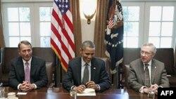 Tổng thống Obama gặp Chủ tịch Hạ viện John Boehner (trái) và Lãnh tụ khối đa số ở Thượng viện Hoa Kỳ Harry Reid (trái) tại Tòa Bạch Ốc, ngày 14/7/2011. Hầu hết các nhà phân tích cho biết họ nghĩ rằng Tổng thống và các nhà lập pháp sẽ đạt được một thỏa hiệ