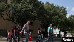 2018年4月6日德州一些抓后被放的非法移民准备前往美国其他州(路透社)