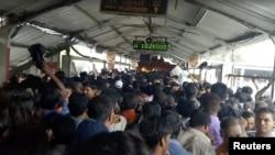 Komuter di sepanjang jembatan stasiun kereta Elphinstone di Mumbai, India, terlihat penuh sesak oleh pengunjung sesaat sebelum terjadinya musibah yang menyebabkan tewasnya 22 orang karena terinjak-injak massa yang panik, 29 September 2017. (TUSHAR SADAKE/via REUTERS/Videograb).