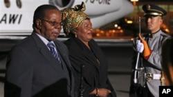 Mendiang Presiden Malawi Bingu Wa Mutharika dan ibu negara Callista Mutharika (Foto: dok). Jenasahnya akan dimakamkan hari ini (23/4).
