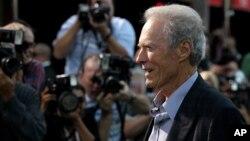 """En el comercial Clint Eastwood insta a votar por Mitt Romney porque """"el futuro del país está en juego""""."""
