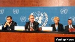 마이클 커비 전 호주 대법관, 소냐 비세르코 세르비아 인권운동가, 마르주키 다루스만 유엔 북한 인권 특별보고관 등 유엔 북한인권조사위원회 위원 3명이 5일(현지시간) 제네바 유엔본부에서 기자회견을 하고 있다.