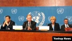 지난달 5일 제네바 유엔본부에서 기자회견을 가진 유엔 북한인권조사위원회. 왼쪽부터 마르주키 다루스만 유엔 북한 인권 특별보고관, 마이클 커비 전 호주 대법관, 소냐 비세르코 세르비아 인권운동가. (자료사진)