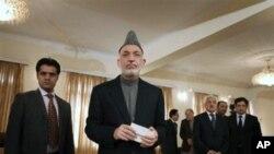 افغان صدر حامد کرزئی کابل میں ایک پریس کانفرنس میں جہاں انہوں نے اس بات کی تردید کی کہ وہ کبھی کسی بہروپیے طالبان سے ملے ہیں۔