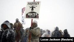 """""""L'eau c'est la vie, nous devons la protéger"""" scandent les manifestants de Standing Rock, ici le 5 décembre 2016."""