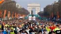Para pelari maraton dari seluruh dunia ikut ambil bagian dalam Lomba Maraton Paris ke-37 yang dimulai Champs Elysees di Paris, hari Minggu (foto, 7/4/2013).