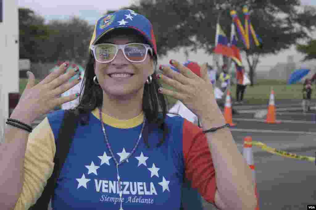 Una joven muestra el orgullo de ser venezolana antes de abordar el auto que la llevaría a votar a Nueva Orleans. [Foto: Vanessa Carolina Rodríguez Gómez]
