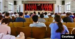 如圖所示,2020年,中共在界立建家鄉山東聊城高唐縣趙寨子鎮對基督徒進行政治教育。(圖片由界立建提供)