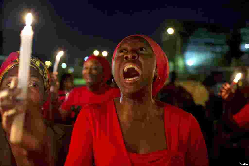 나이지리아 수도 아부자에서 열린 촛불집회에서 납치된 여학생들의 석방을 요구하는 시위대가 소리치고 있다.