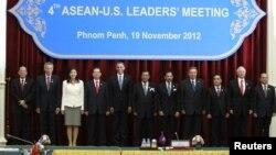 Tổng thống Obama (thứ 5 từ trái) chụp ảnh chung với các nhà lãnh đạo khối ASEAN
